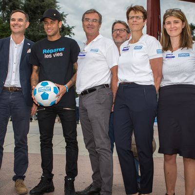 Neymar Jr mit dem Team von Handicap International