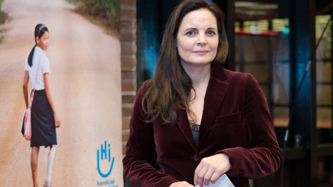 Elisabeth Lanz vor einem Roll-Up von Handicap International